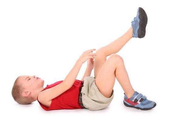 copilul se plânge de durere la genunchi