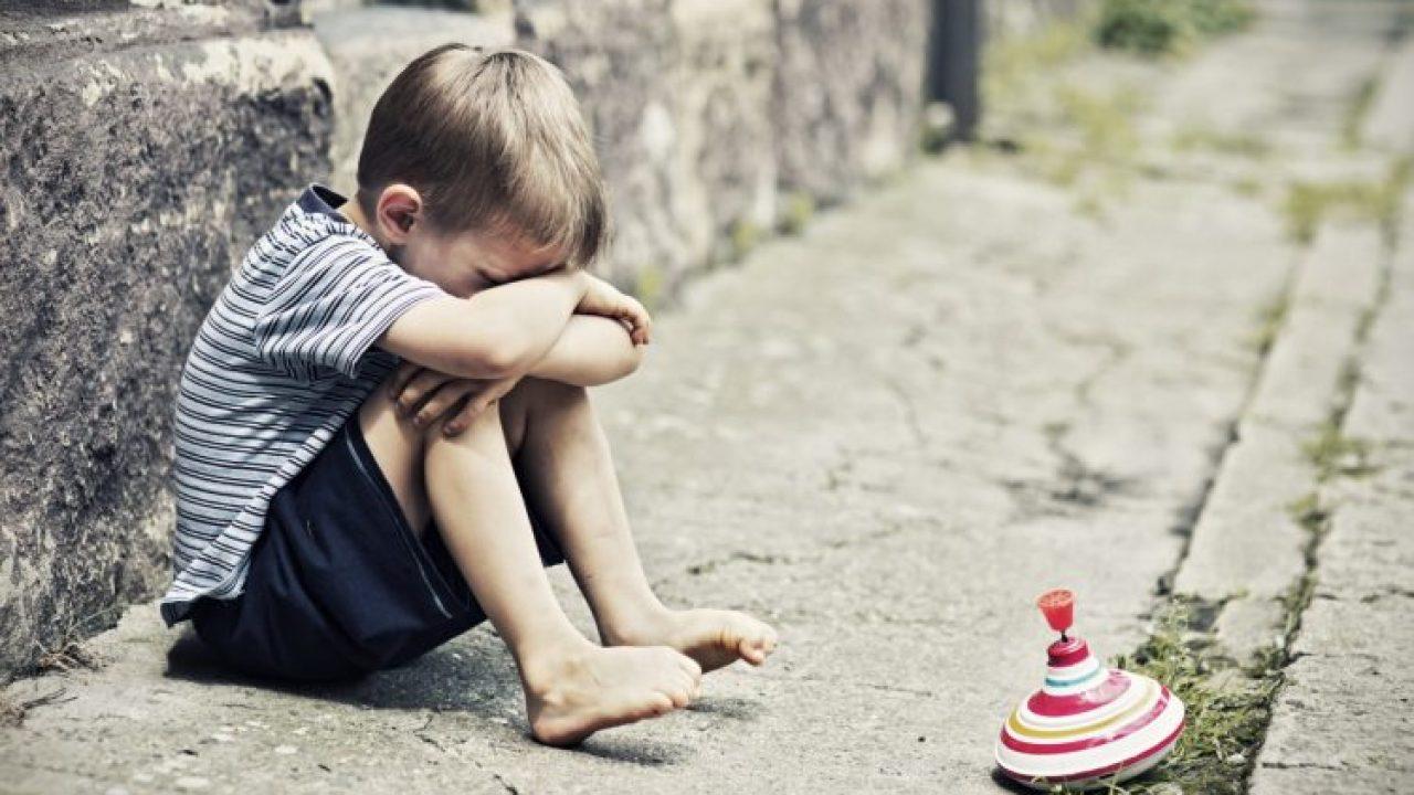 Genunchiul bătut. Băiat pus în genunchi şi bătut cu sălbăticie în Bucureşti (Video)