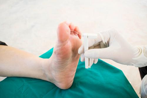 Articulații pe talpa piciorului rănit